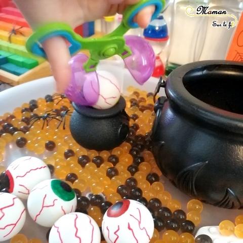 Activité enfant - plateau sensoriel et de manipulation d'Halloween - Motricité fine - perles d'eau - Yeux - araignées - chaudrons