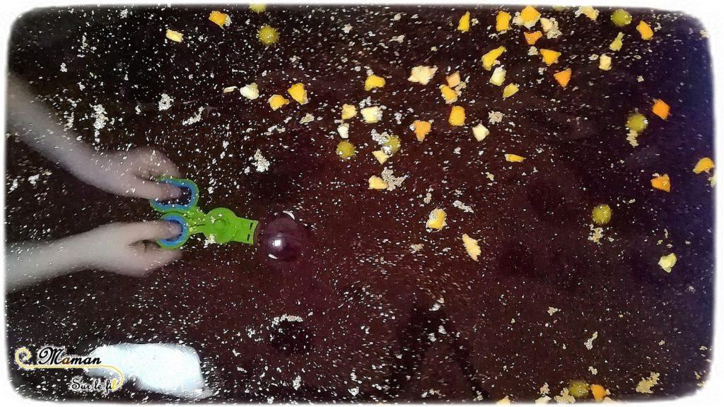 Activité enfants - bain sensoriel sur le thème de la galaxie espace étoiles constellations - coloré paillettes pompons - orange - motricite fine et odorat - mslf