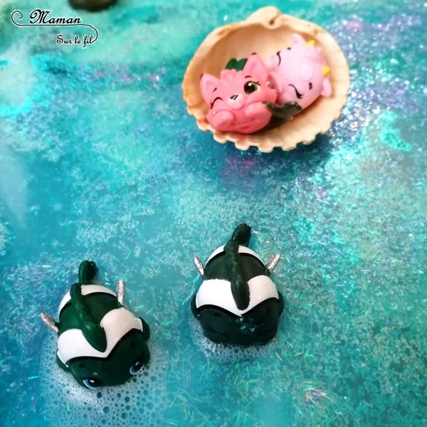 Invitation à jouer : Bac sensoriel Plage Hatchimals - Boules de bain, paillettes et eau - Lagon, tropiques - bulles, brillant, mousse - expérience, vue, odorat - Activité enfants - mslf