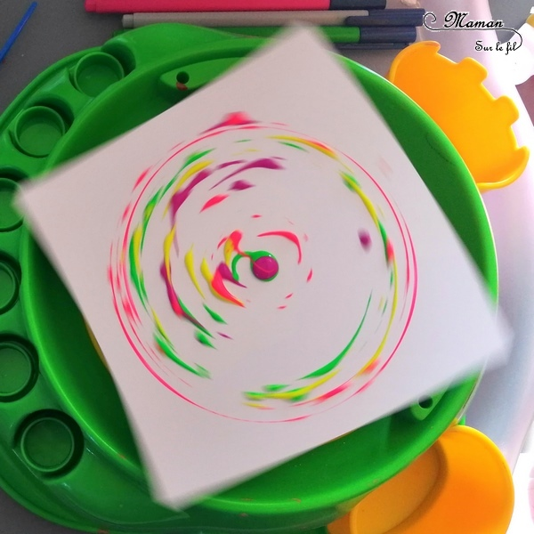 Peindre avec un tour de potier - Le détourner - Peinture, cercles et mélanges de couleurs primaires - Pinceaux et gouttes de peinture - Rotation avec feutre et stylos - activité créative enfants - arc-en-ciel - arts visuels maternelle - mslf