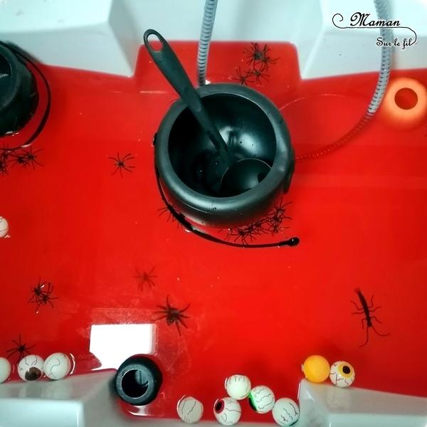 Activité enfants - bain sensoriel sur le thème d'Halloween - coloré en rouge pour le sang et rempli de yeux, d'araignées, de chaudrons, de louches, de citrouilles, de petites betes - imagination, jeux, motricite fine - mslf