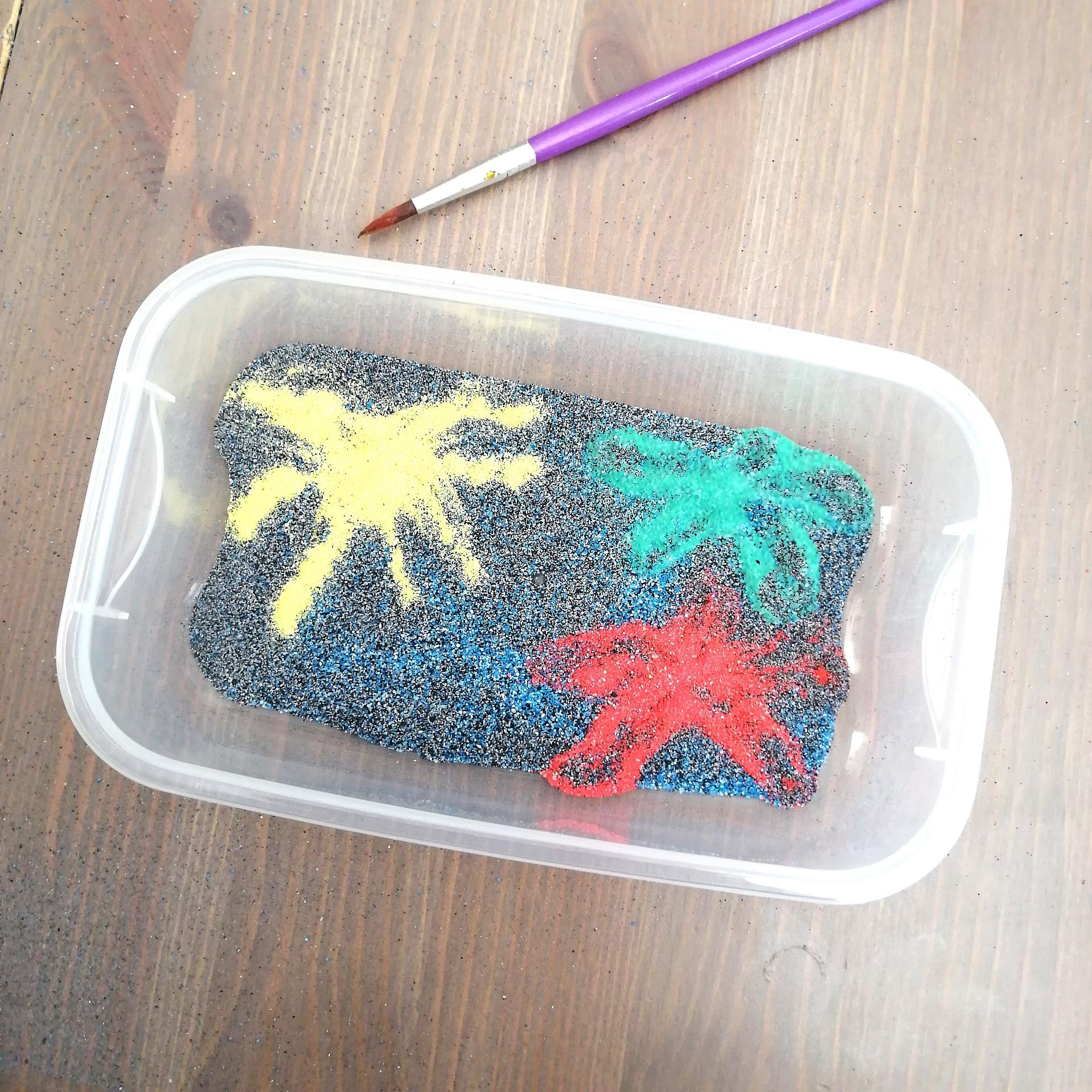 Bac sensoriel sable coloré et feu artifice - activité enfants 14 juillet - Fête nationale France