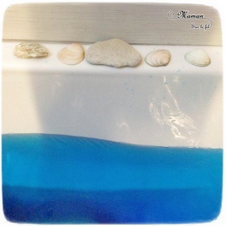Activité enfants - bain sensoriel sur le thème de l'été des tropiques et de la plage - Bain coloré, coquillages et cailloux - Jeu, imagination, invitation à jouer - motricité fine - mslf