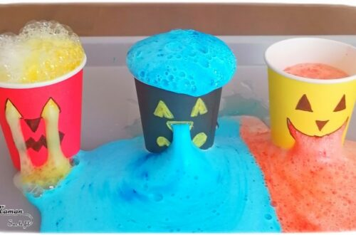 Activité créative et manuelle enfants - Expérience rigolote pour Halloween - Monstres d'Halloween qui dégoulinent avec mélange bicarbonate, vinaigre, colorant et liquide vaisselle - Facile et ludique - Verres en carton - yeux nez et bouche qui coulent - recréer des cerveaux à des verres squelettes - dégoûtant - mslf